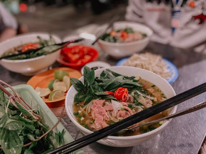 The South local people eat phở with a variety of vegetables