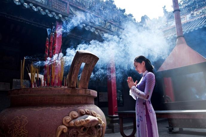 Going to the pagoda is a beautiful Vietnamese custom